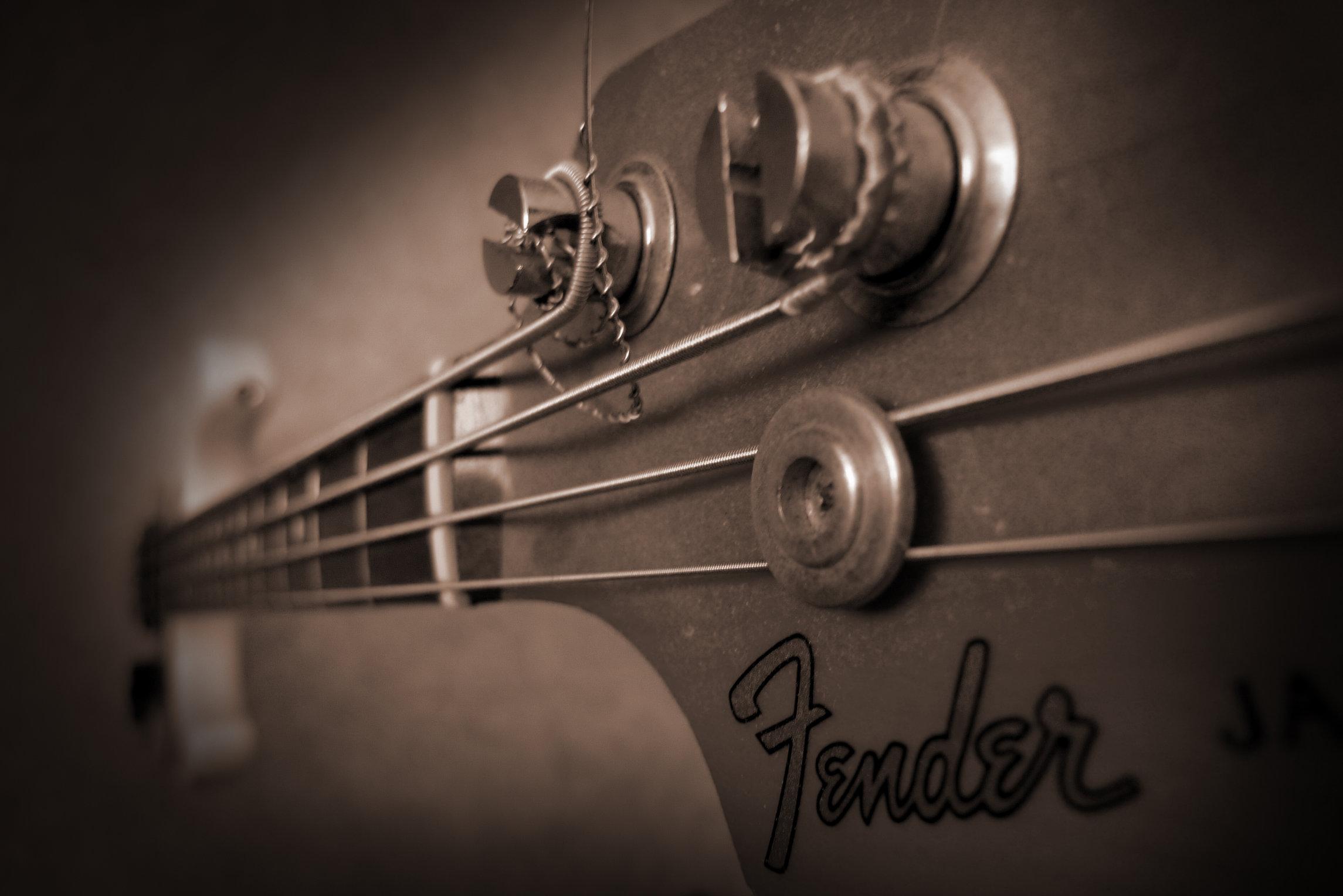 Histoire. Leo Fender débuta par la création d'un magasin spécialisé dans le dépannage de postes de radio et par la suite de la fabrication et le montage d'éléments de composants pour petits amplificateurs de faible puissance avant de se lancer plus tard dans la guitare proprement dite.
