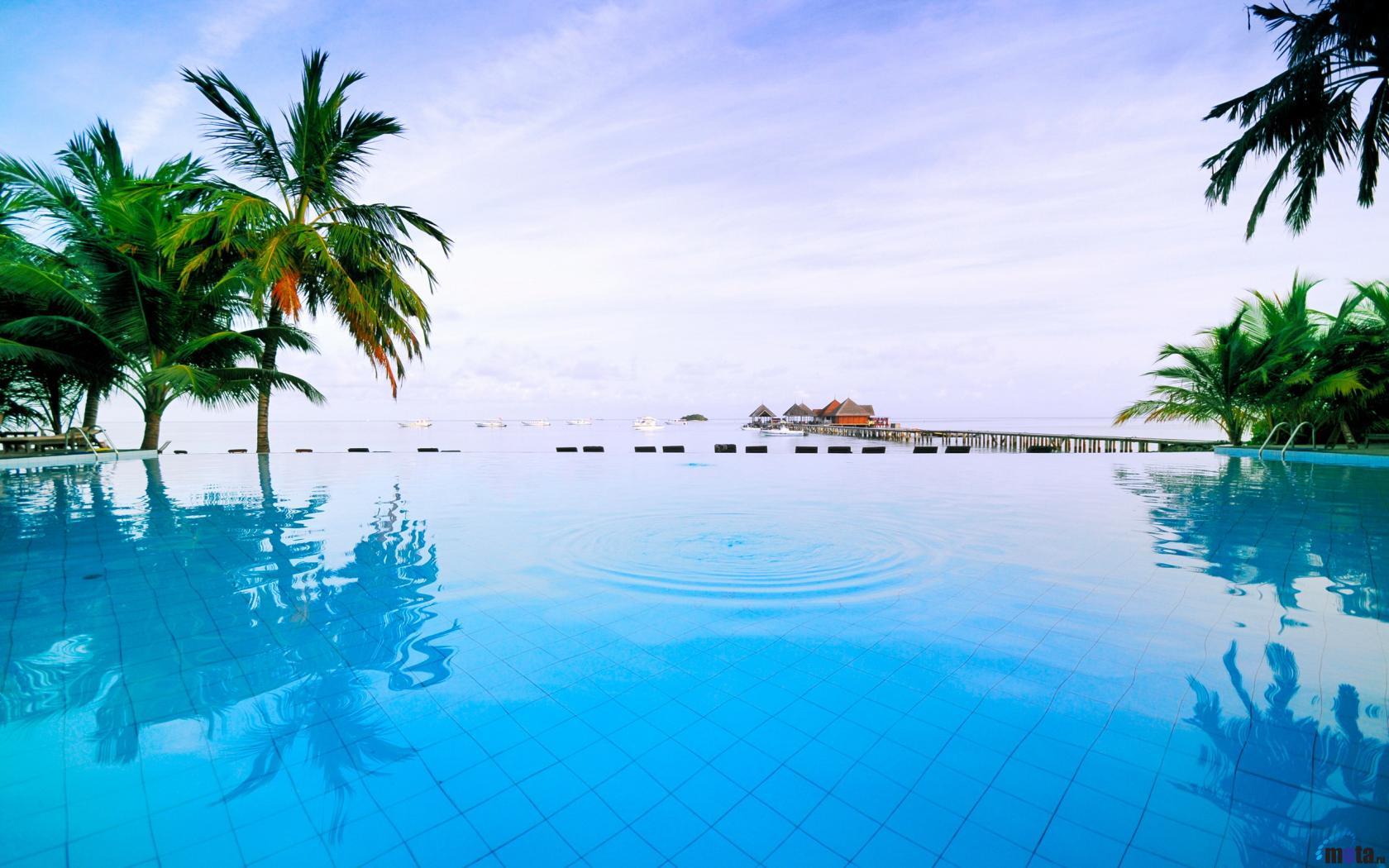 Download Wallpaper Swimming pool in Maldives hotel 1680 x 1050 1680x1050