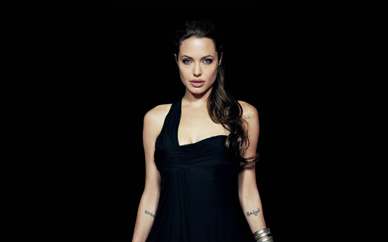 Angelina Jolie Age 2880x1800