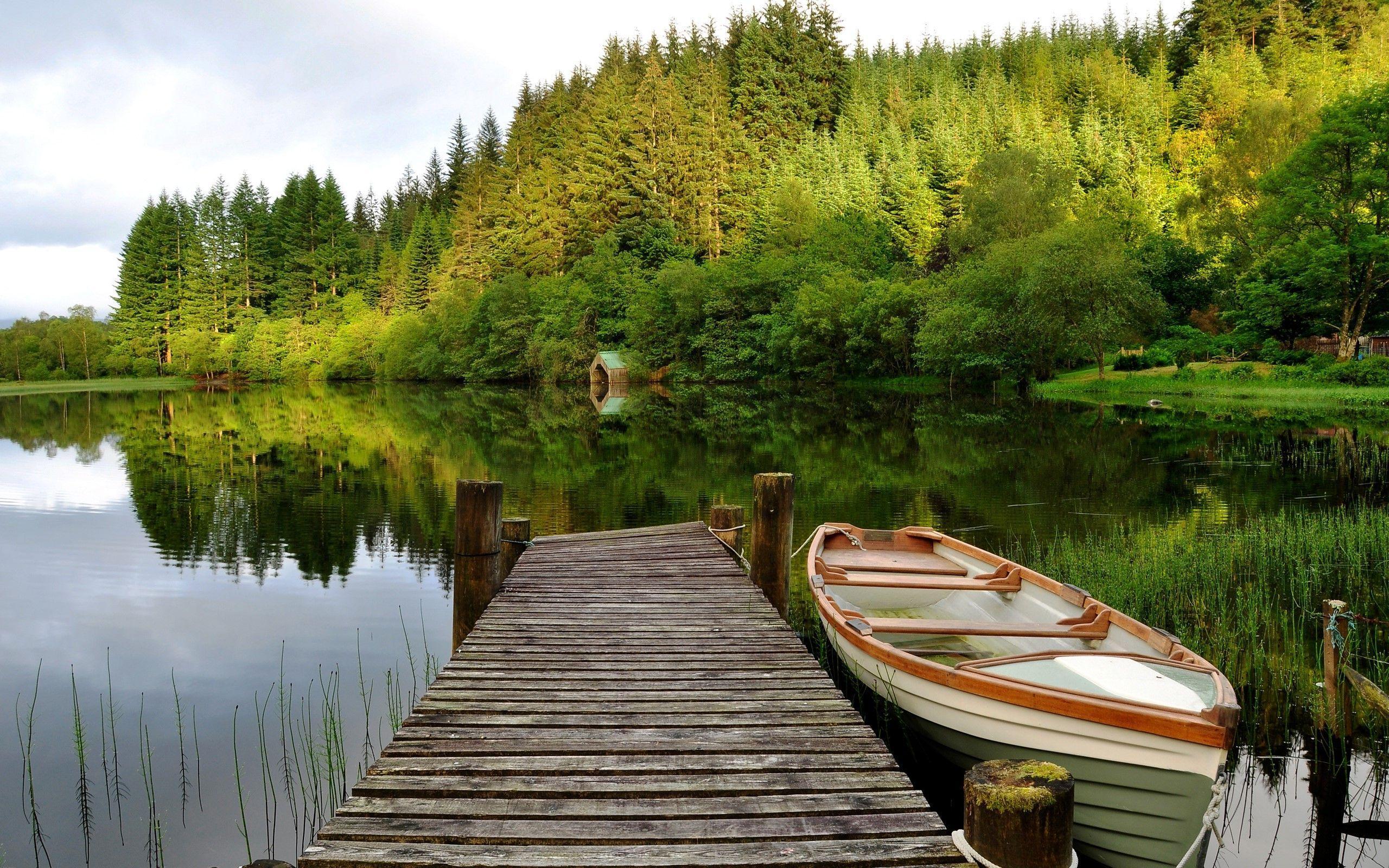 Boat along the wooden pier HD desktop wallpaper 2560x1600