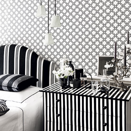 Add trelliswork wallpaper in monochrome How to decorate with black 550x550