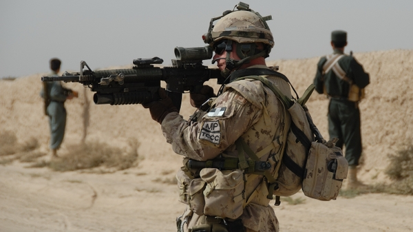 rifles soldiers guns military canadian army Wallpaper 600x337