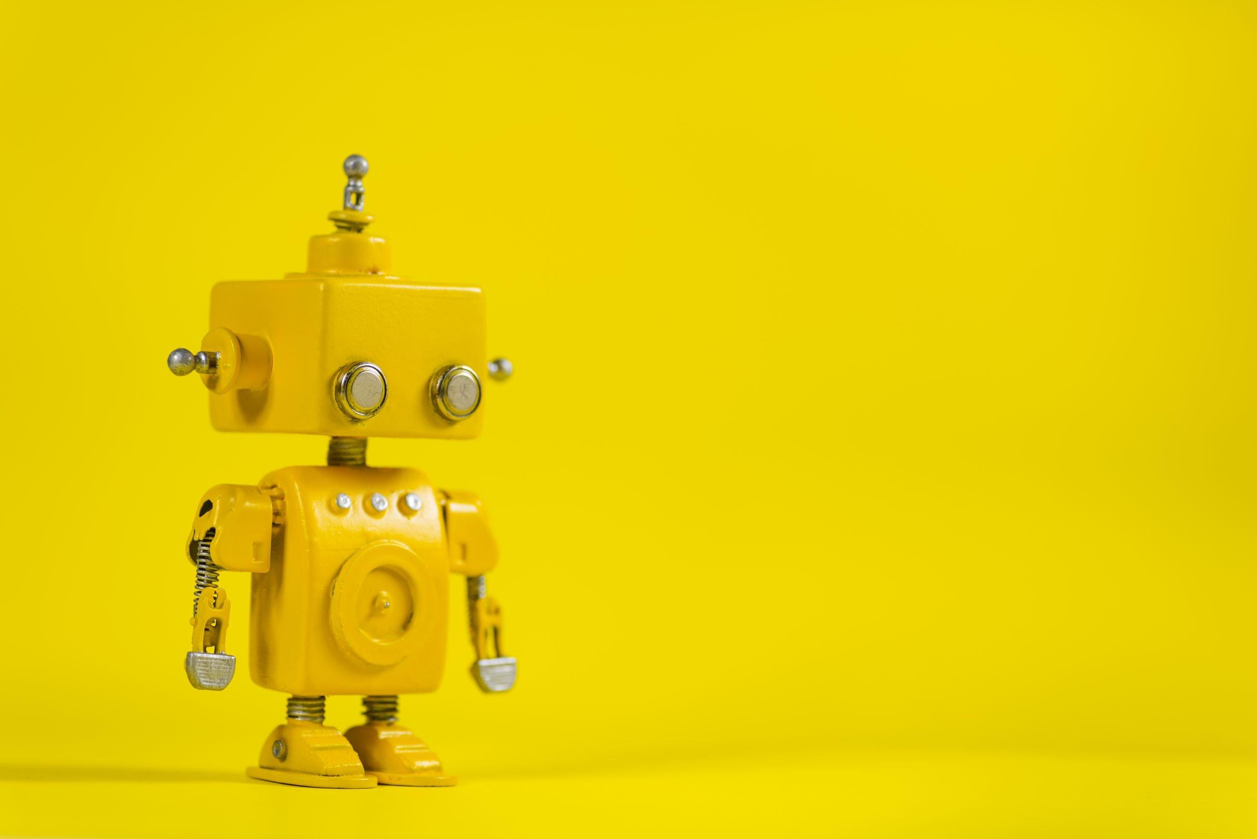 Robot on a yellow background   GO FAIR 2560x1709