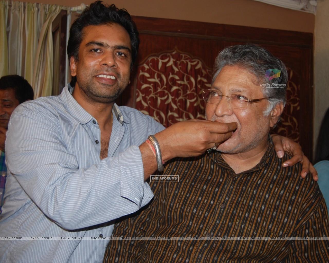 Wallpaper   Gajendra Singh celebrates Vikram Gokhales National 1280x1024
