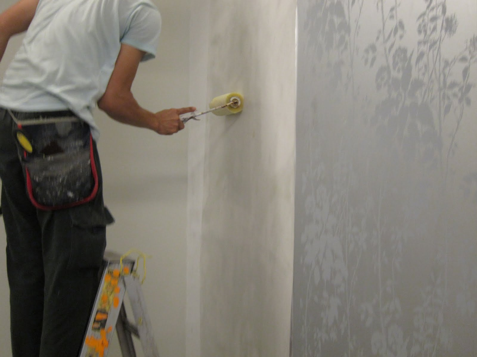 Some professionals may choose to apply glue directly on the wall This 1600x1200