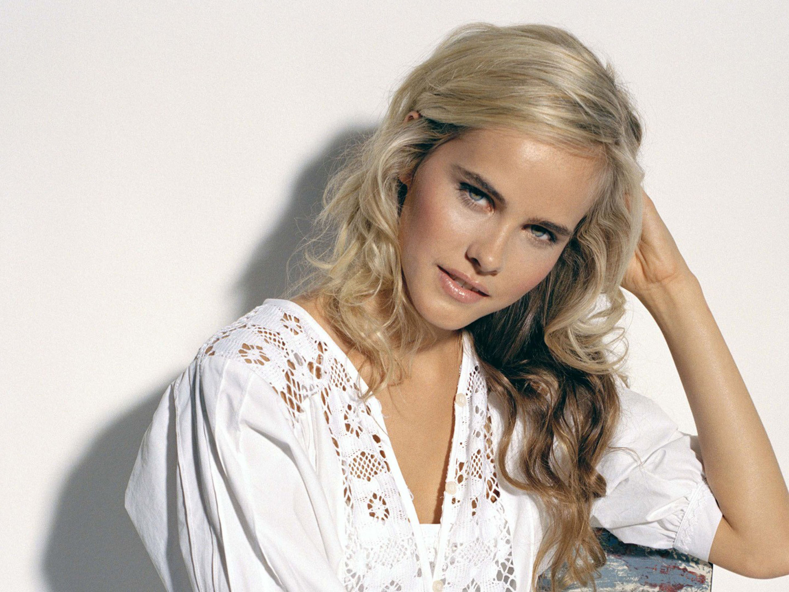 Isabel Lucas wallpaper 2560x1920 83017 2560x1920