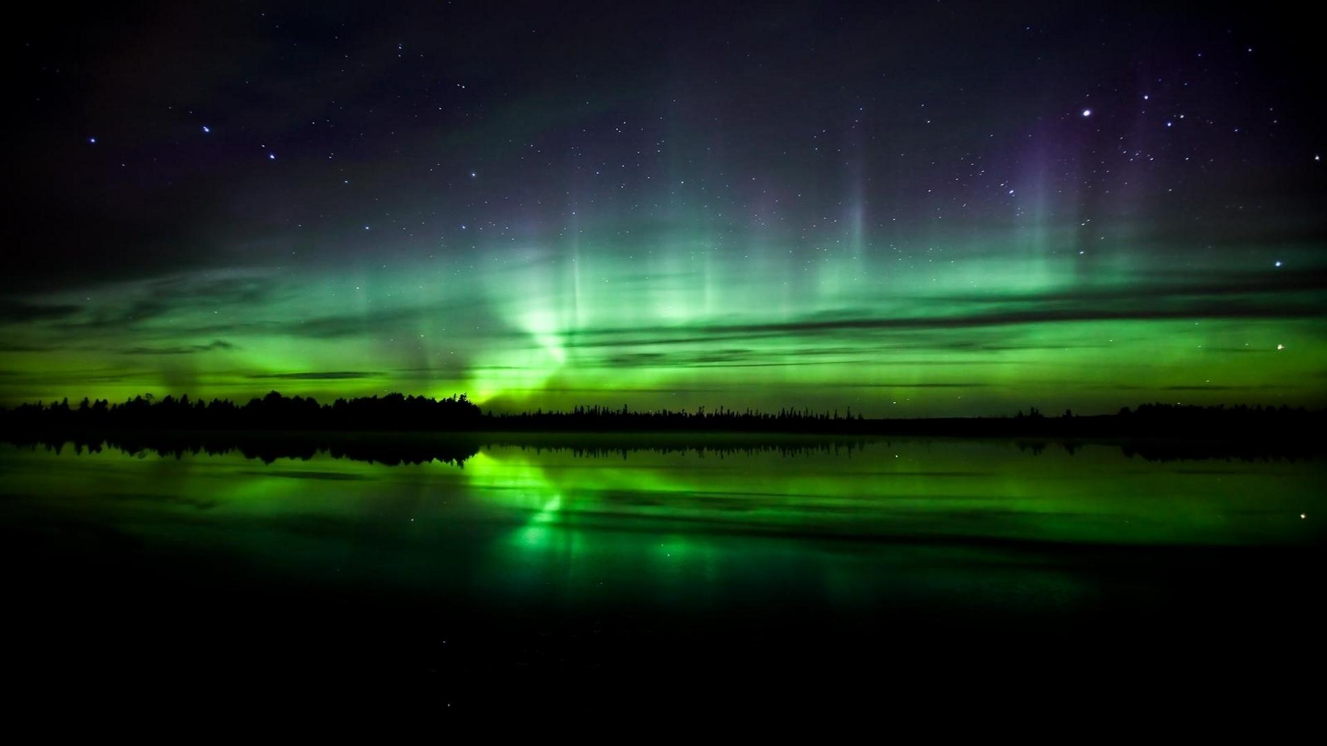 Download Wallpaper Beautiful greenish northern lights - 1920x1080