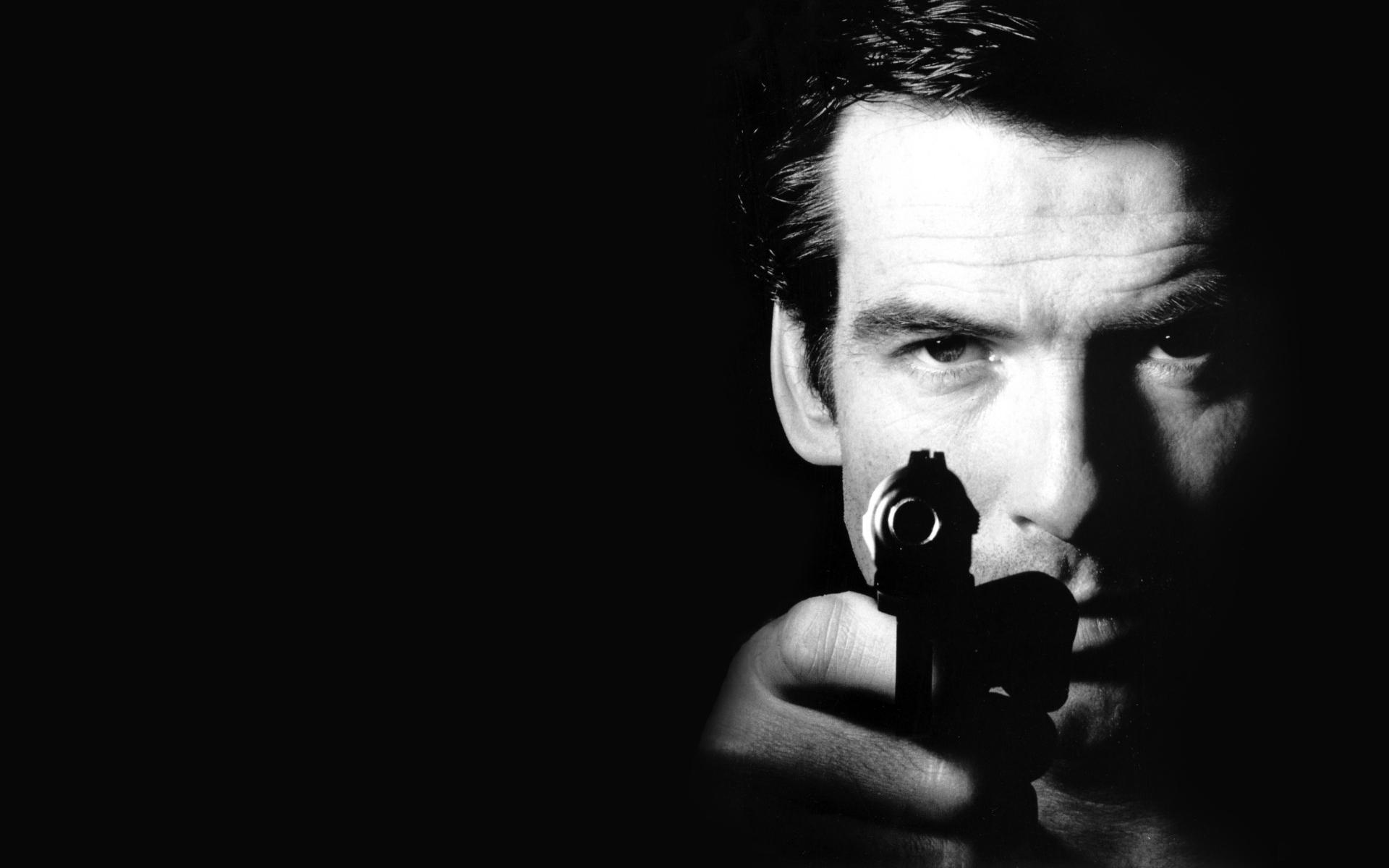 Brosnan pistol 007 James Bond weapons gunspeople men actor wallpaper 1920x1200