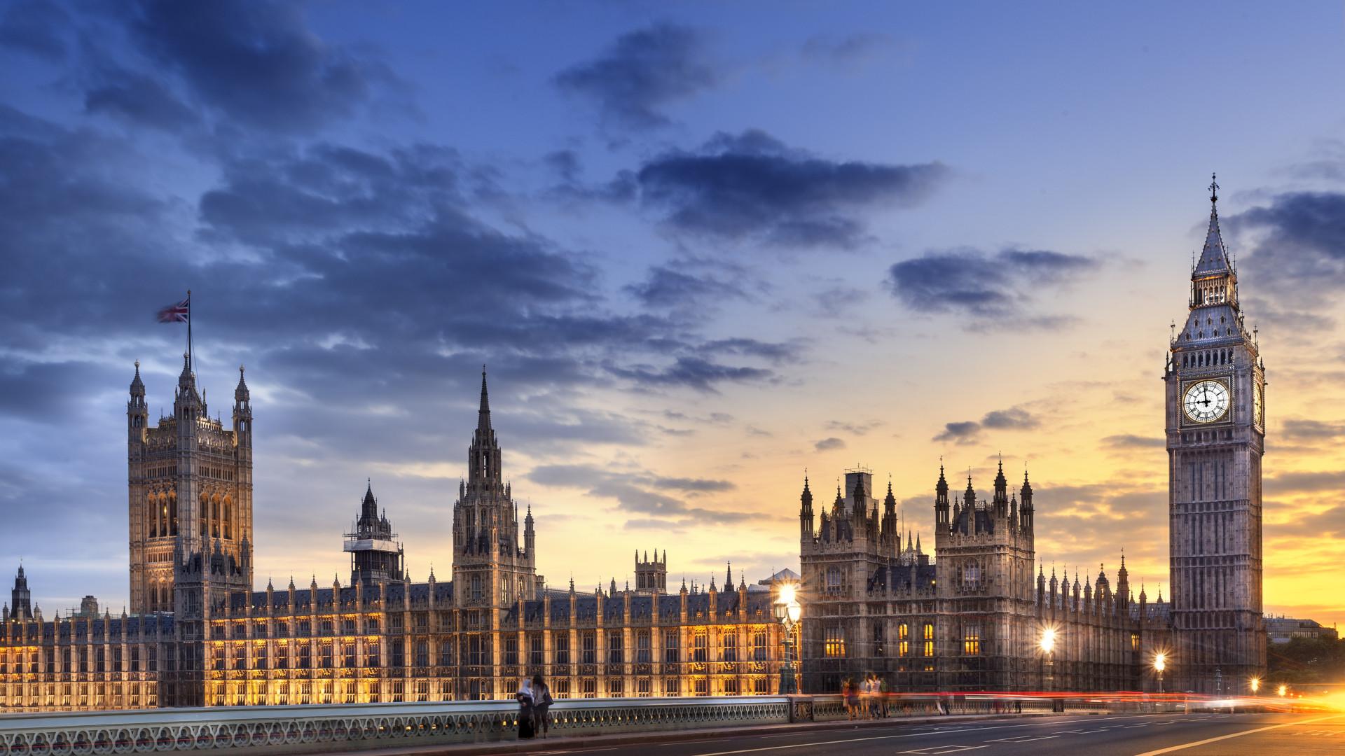 Beautiful Desk London Wallpaper Screensavers Wallpapersafari