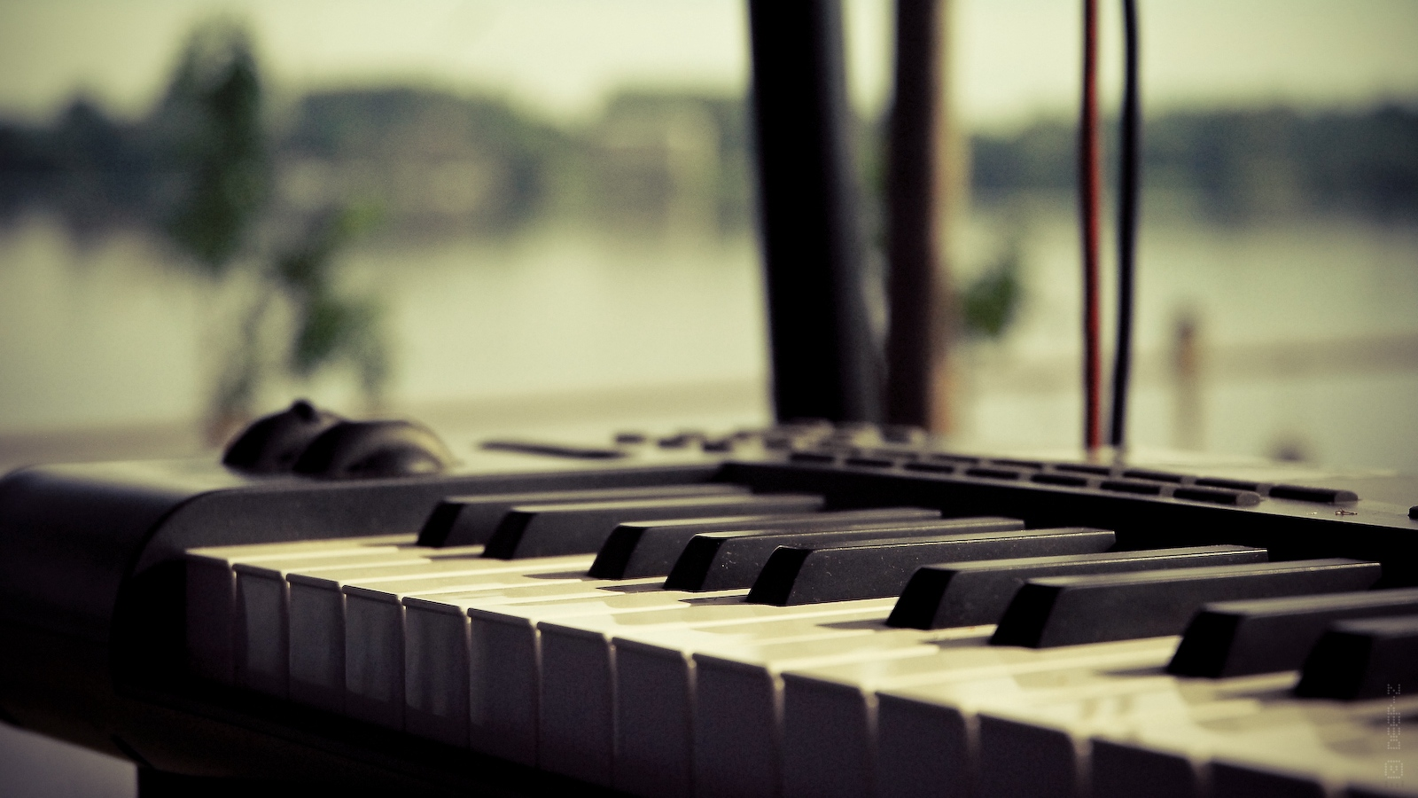 Download wallpaper 1600x900 keyboard piano synthesizer 1600x900