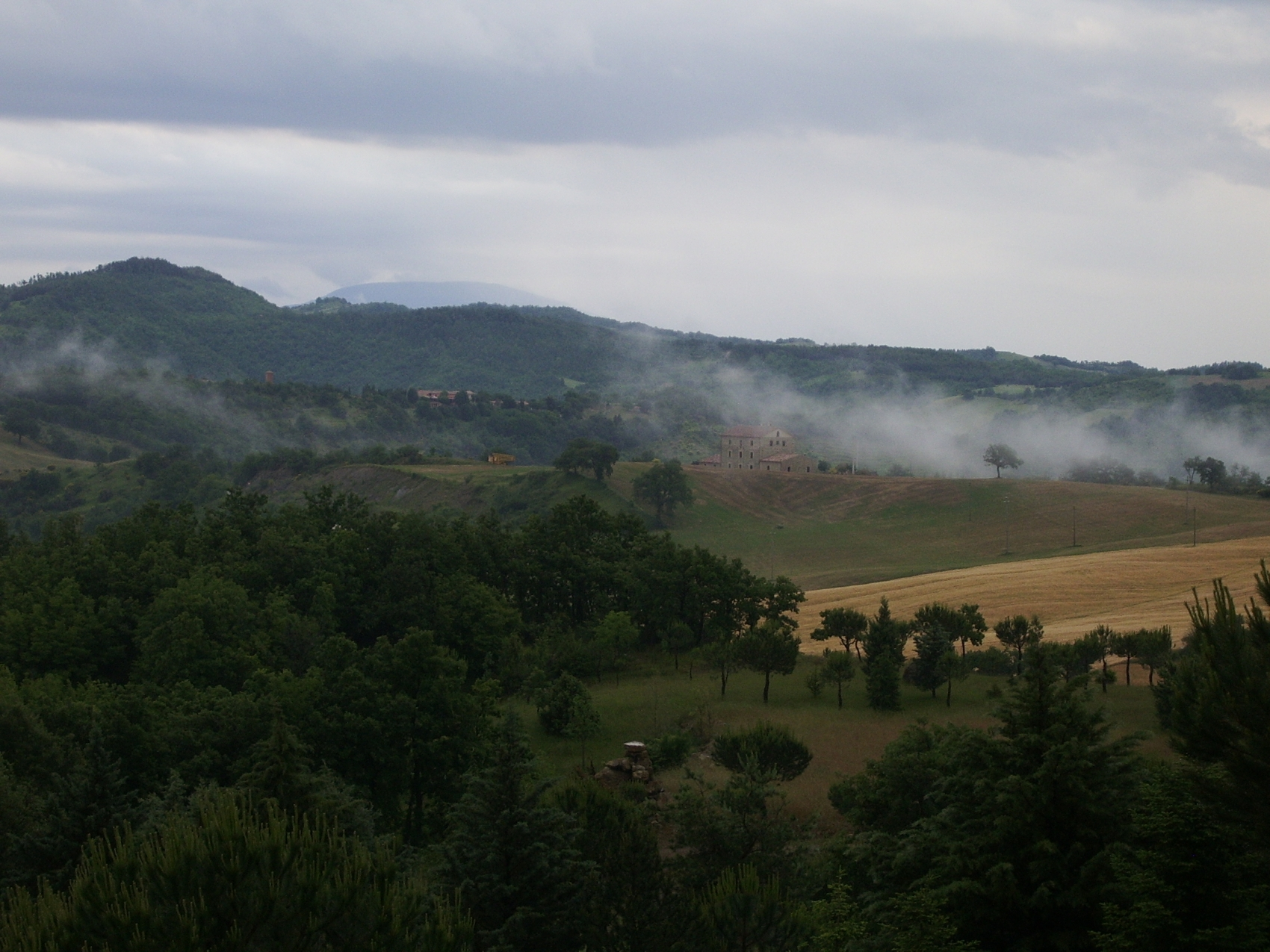 wallpaper wallpaper downloads Umbrian Farmhouse and Hills in 1700x1275