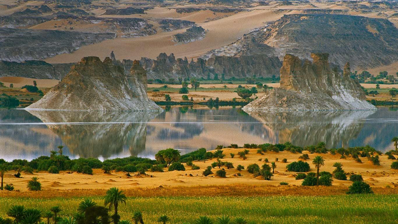Ounianga Serir Lakes in northern Chad (© George Steinmetz/Corbis)