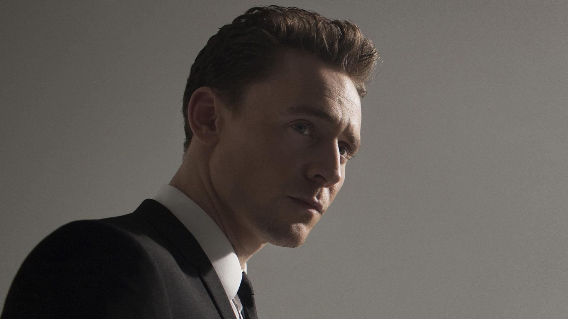 Men actors british tom hiddleston grey background wallpaper 72824 1920x1080