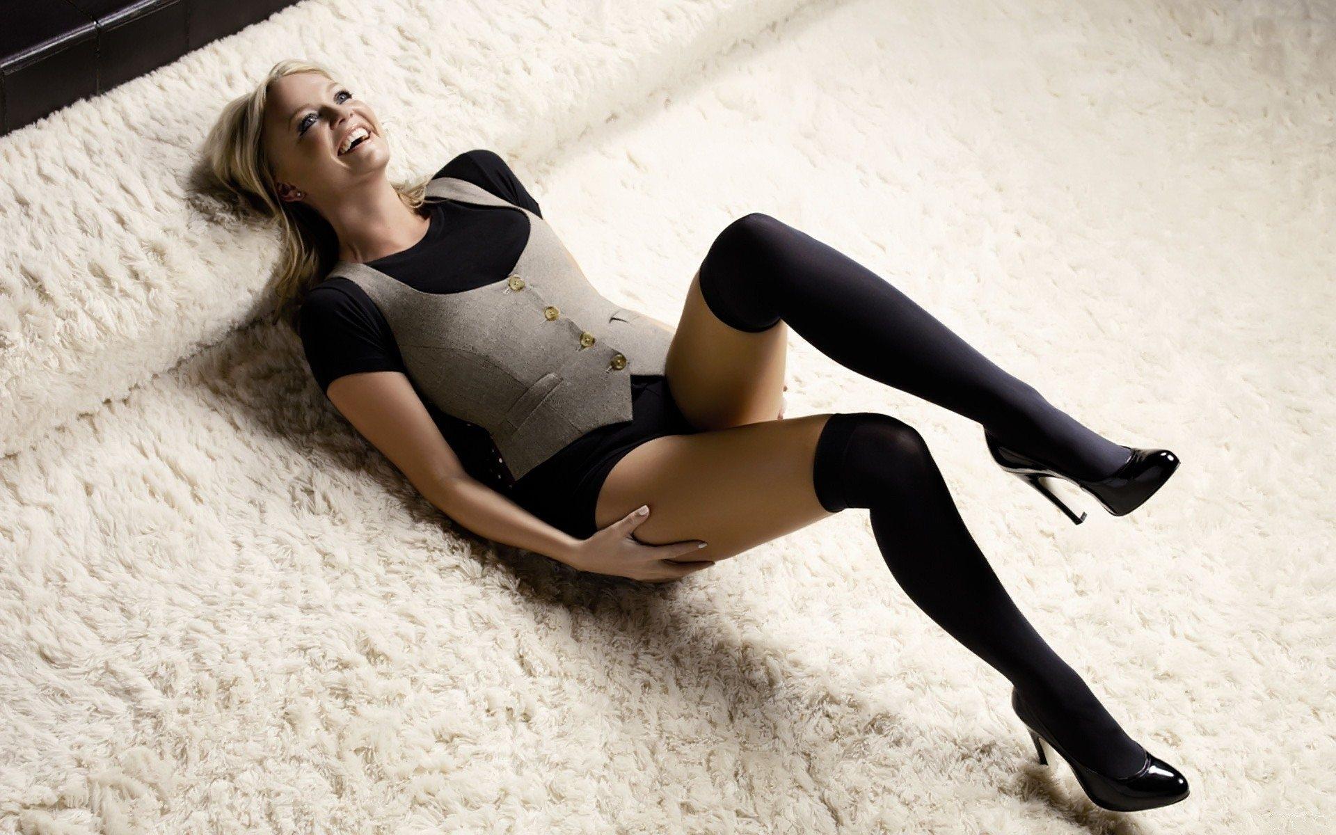 1920x1200 Wallpaper emma bunton carpet shoes girl legs 1920x1200