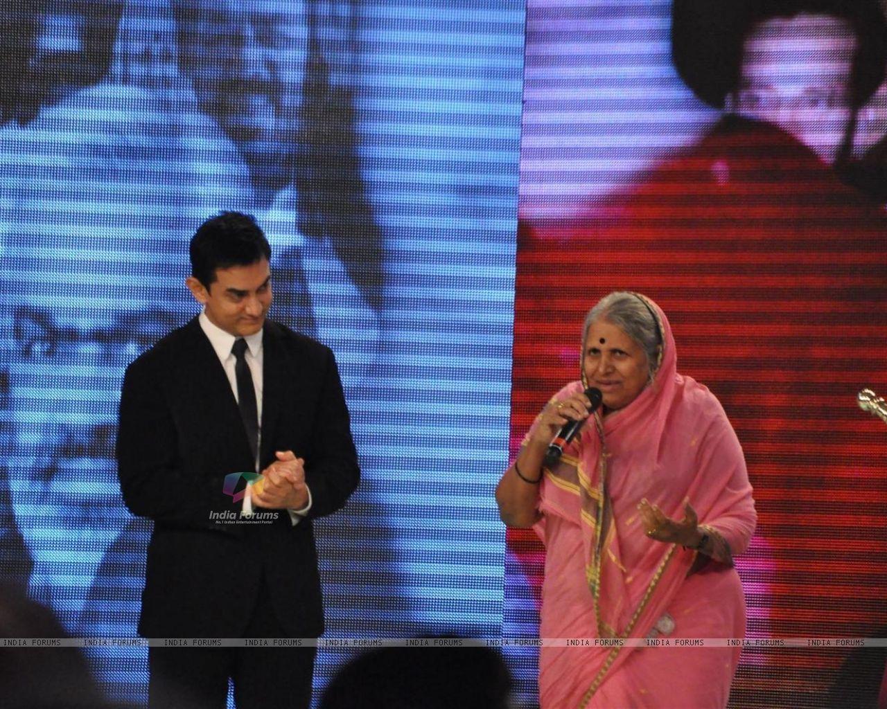 social worker Sindhutai Sakpal at CNN IBN Heroes Awards   Wallpaper 1280x1024