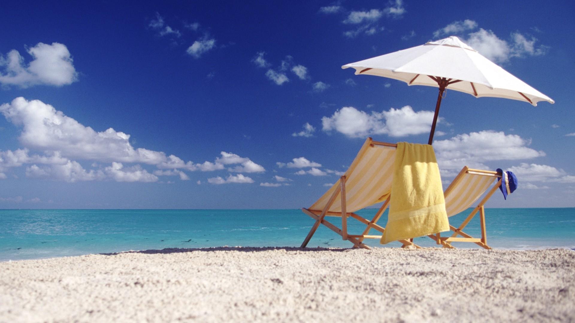 Пляж с желтыми зонтами  № 1497367 бесплатно