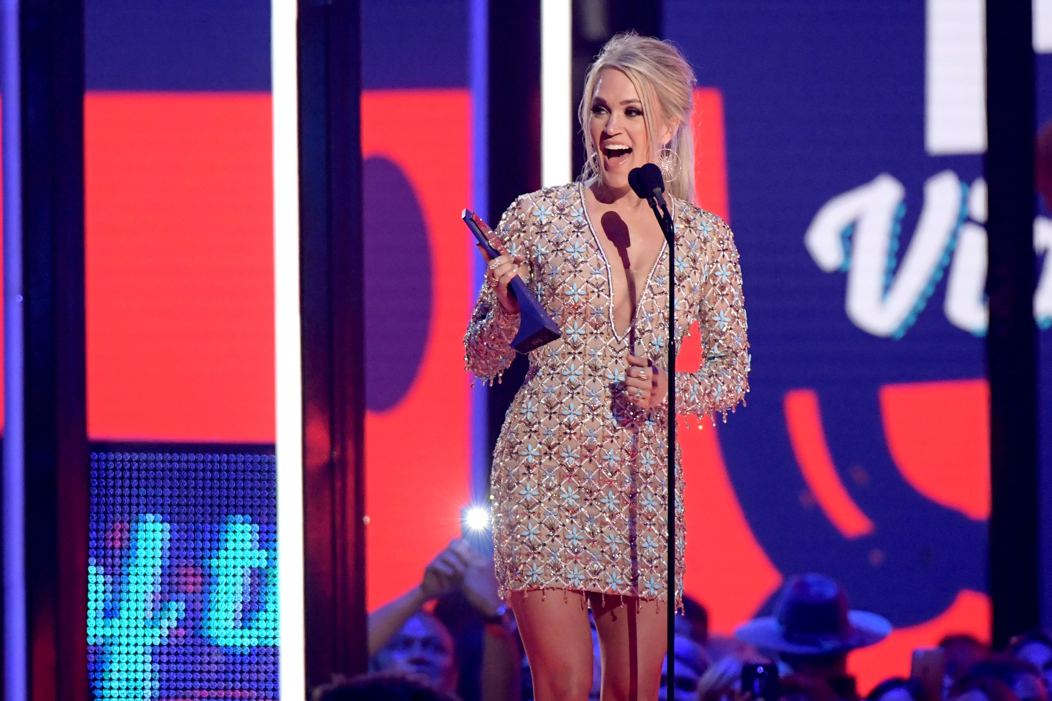 CMT Music Awards 2019 Carrie Underwood Gives Hubby Mike Fisher a 3619x2413