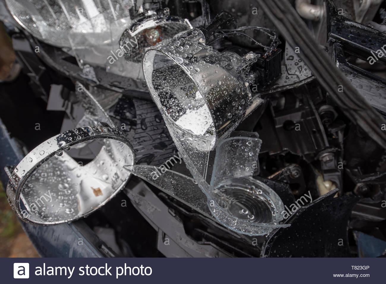 Volkswagen Golf Car crash damage and details Head on vehicle 1300x957