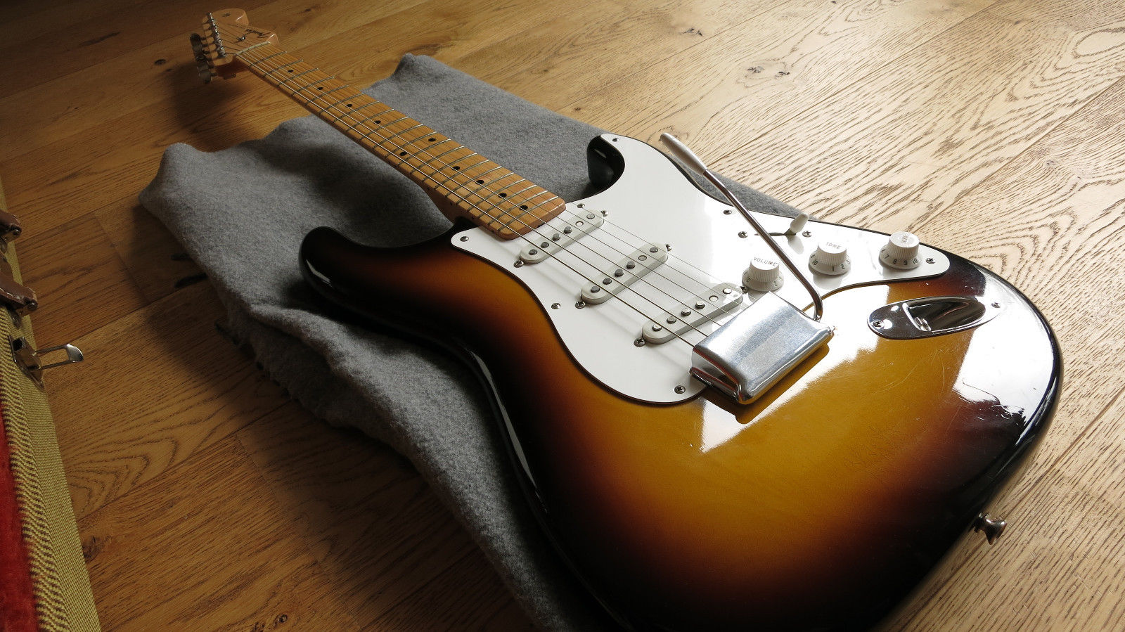 Old Fender Stratocaster 1280x960 Wallpaper Pictures 1600x899