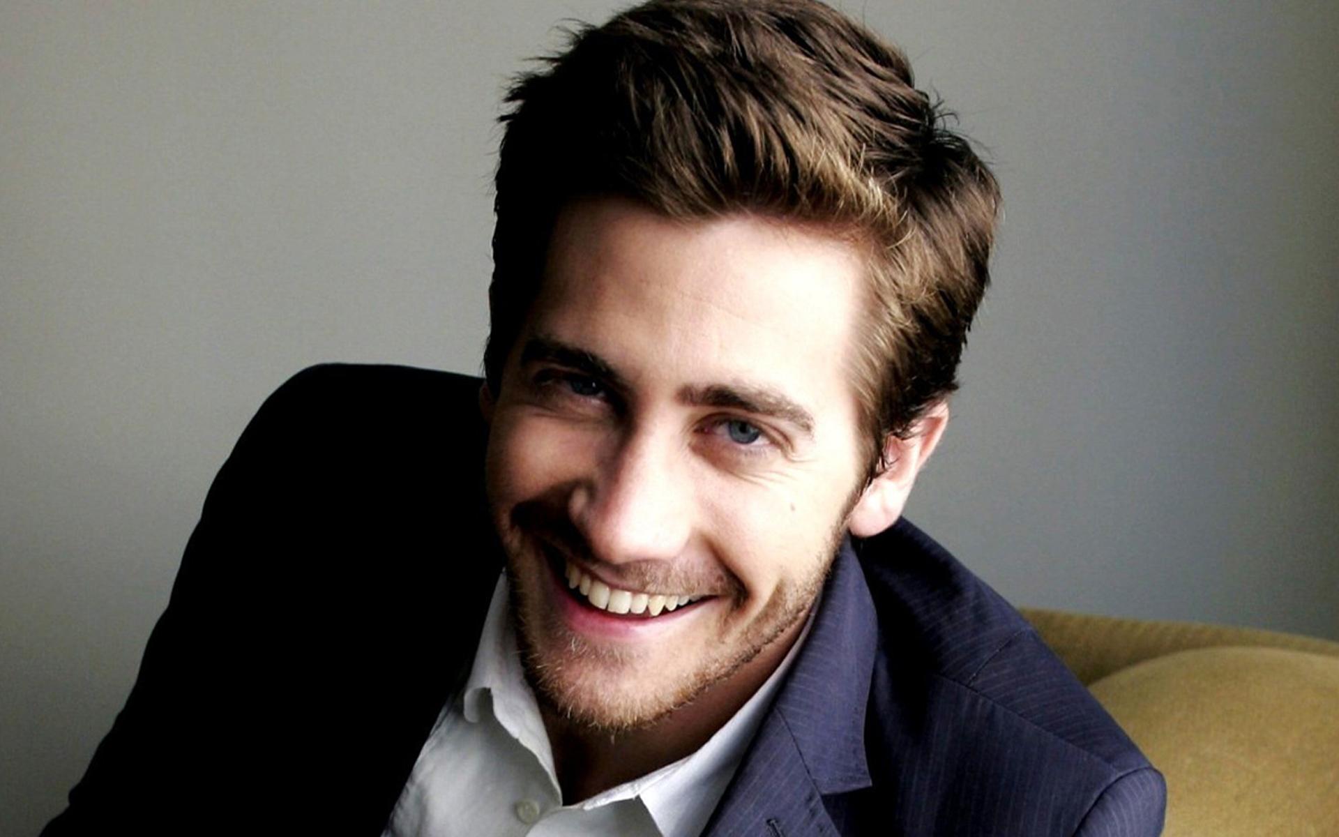 2160x3840 Jake Gyllenhaal Smile Images Sony Xperia XXZZ5 Premium 1920x1200