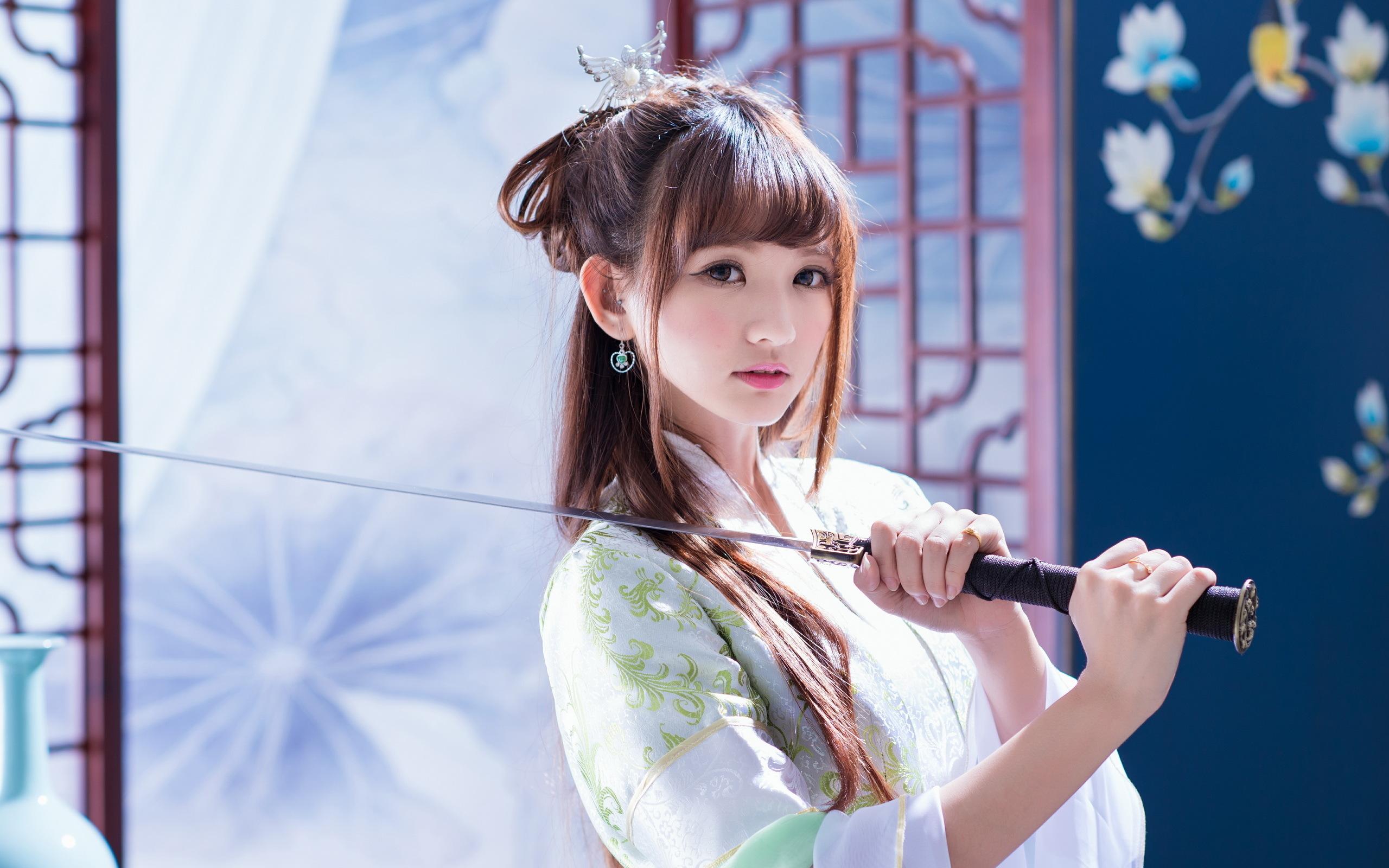 Geisha holding a sword wallpaper 34278 2560x1600