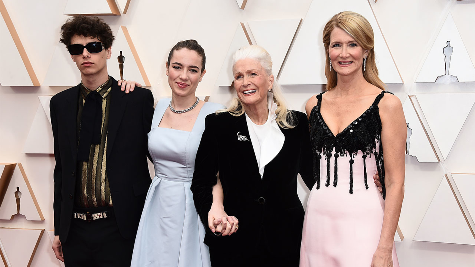 Laura Dern shines in pink on the Oscars 2020 red carpet with mom 1600x900