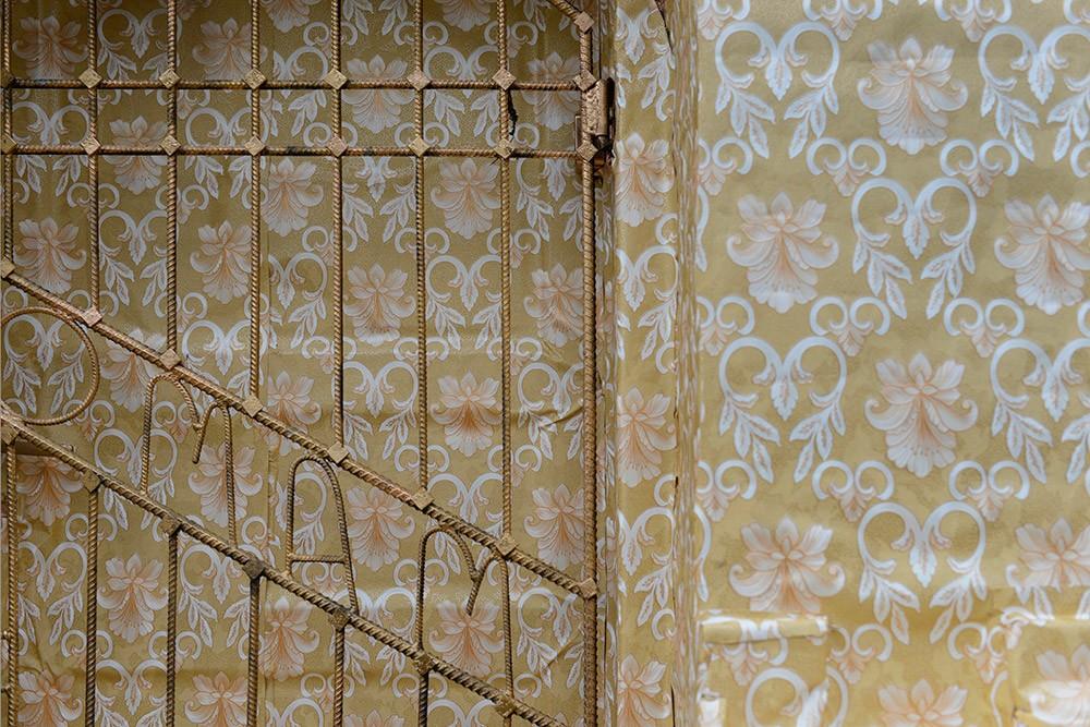 Ian Strange Zloty Exhibition Wraps Gold Wallpaper Around Historic 1000x667