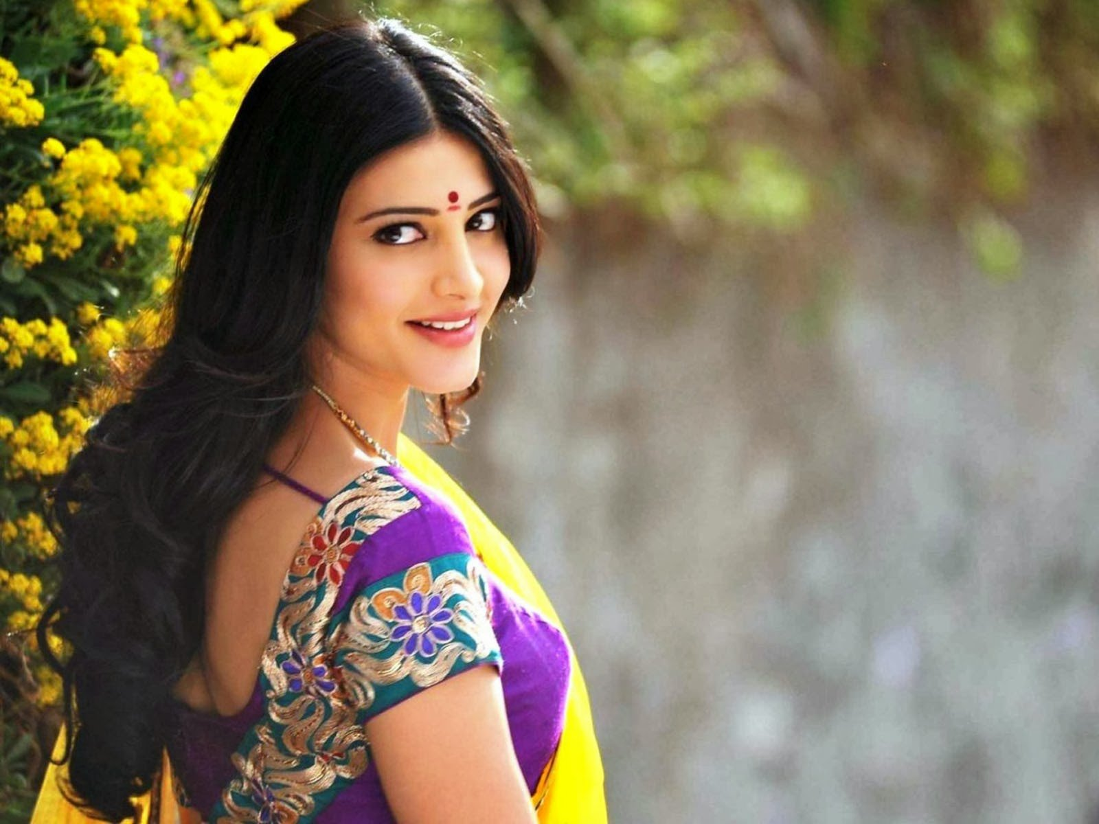 Download Hot Actress Shruti Haasan In Saree Latest Hd Wallpapers