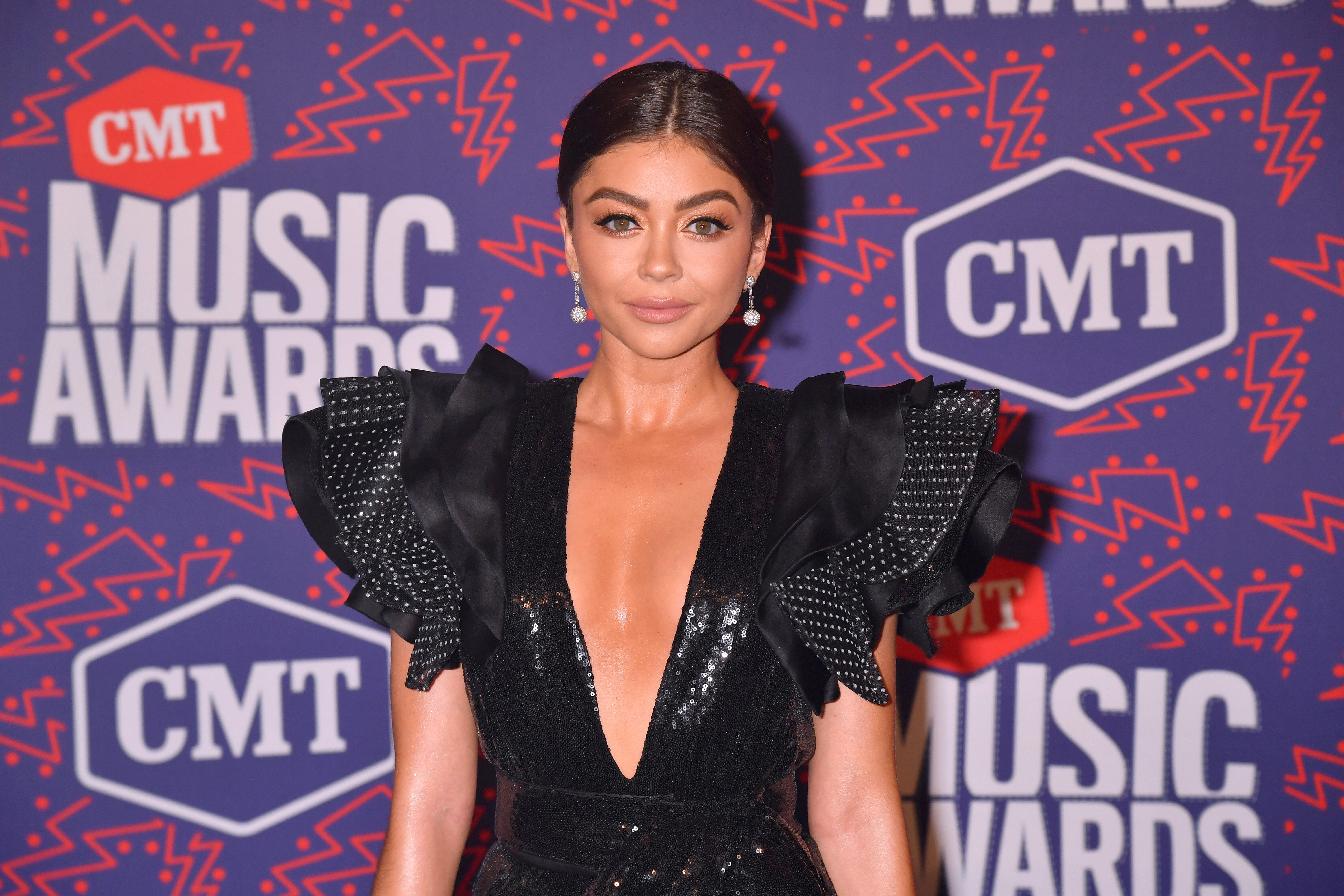 CMT Music Awards 2019 Sarah Hyland Shines in Plunging Black Mini 6000x4000