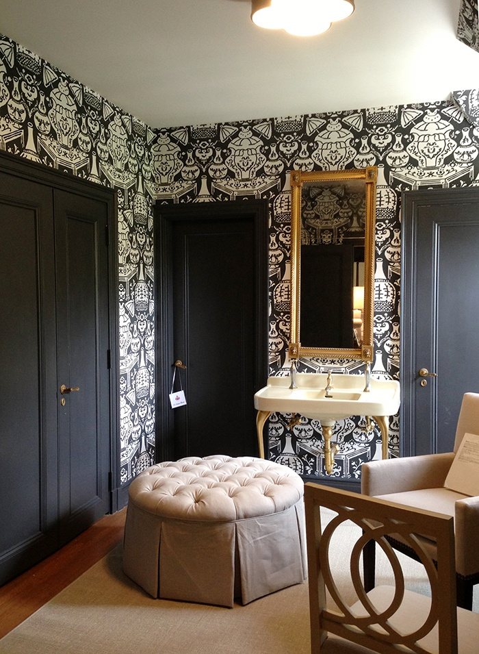 Clarence House the Vase wallpapered bathroom brass hardware 700x955