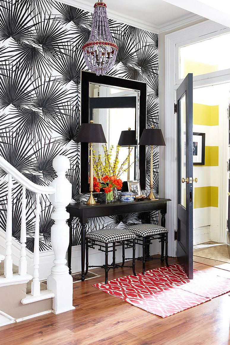 25 Gorgeous Entryways Clad in Wallpaper 775x1163
