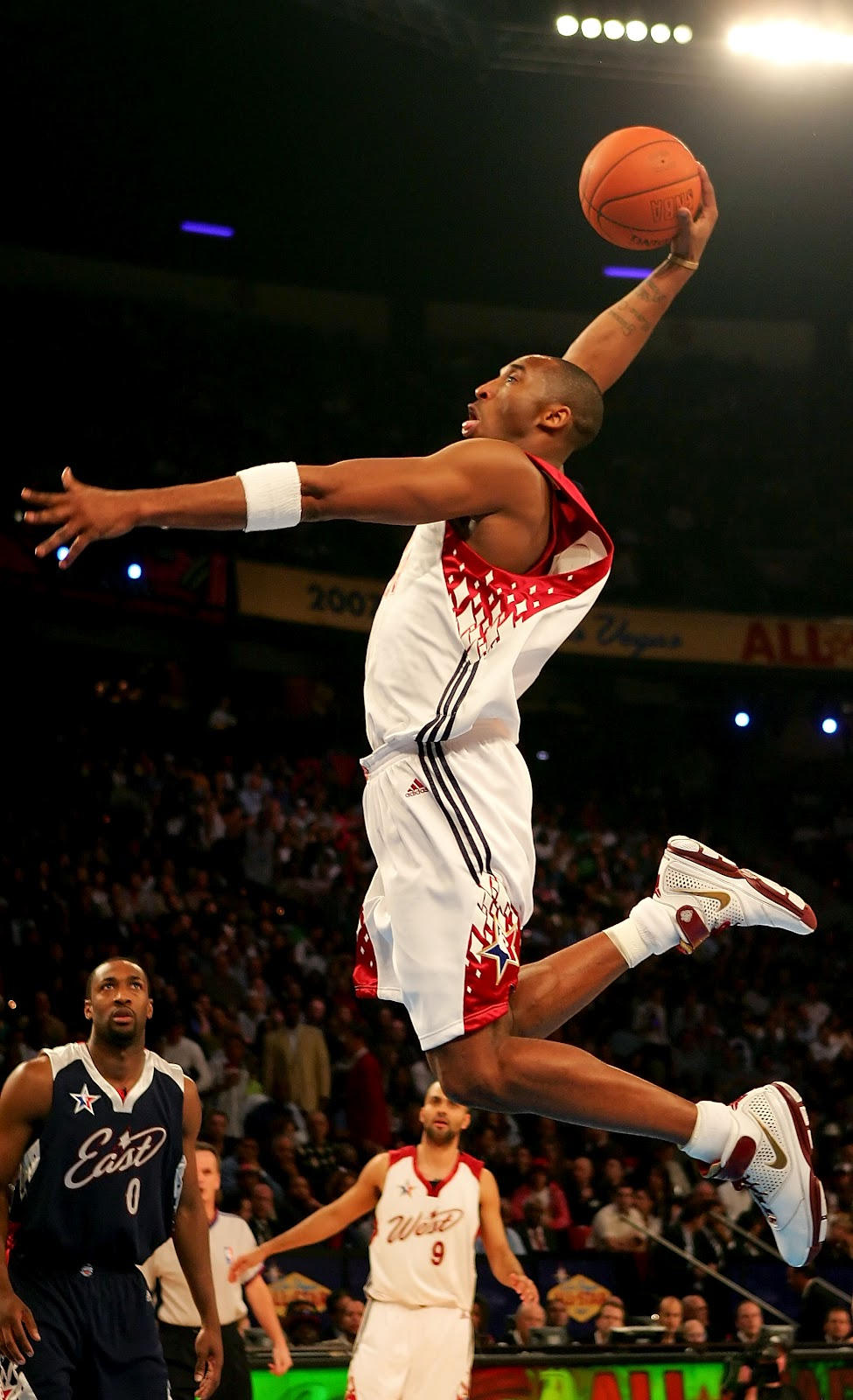 super basketball players kobe bryant dunks wallpapers 975x1600