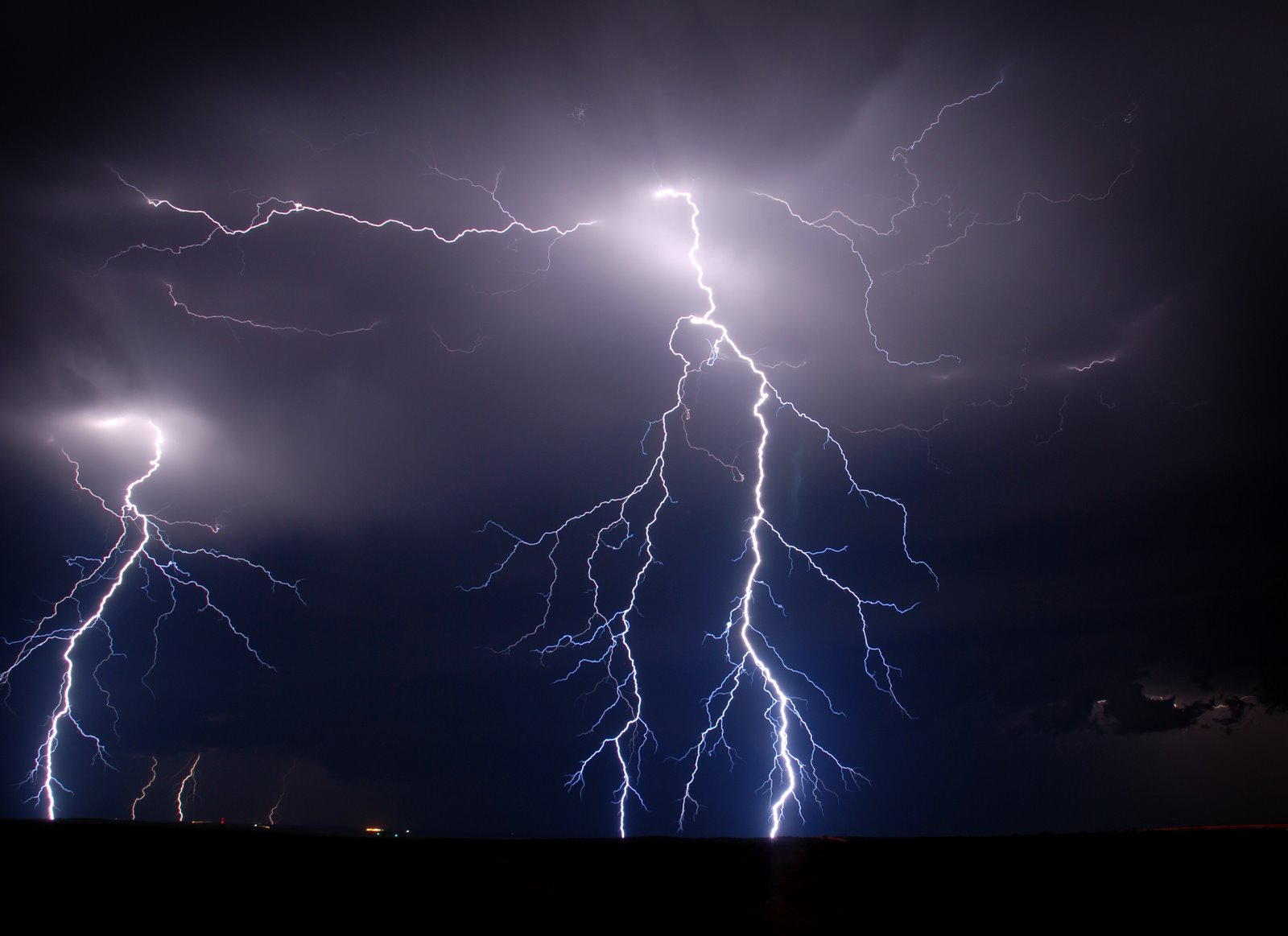 Beautiful lightning strikes wallpaper 1600x1163