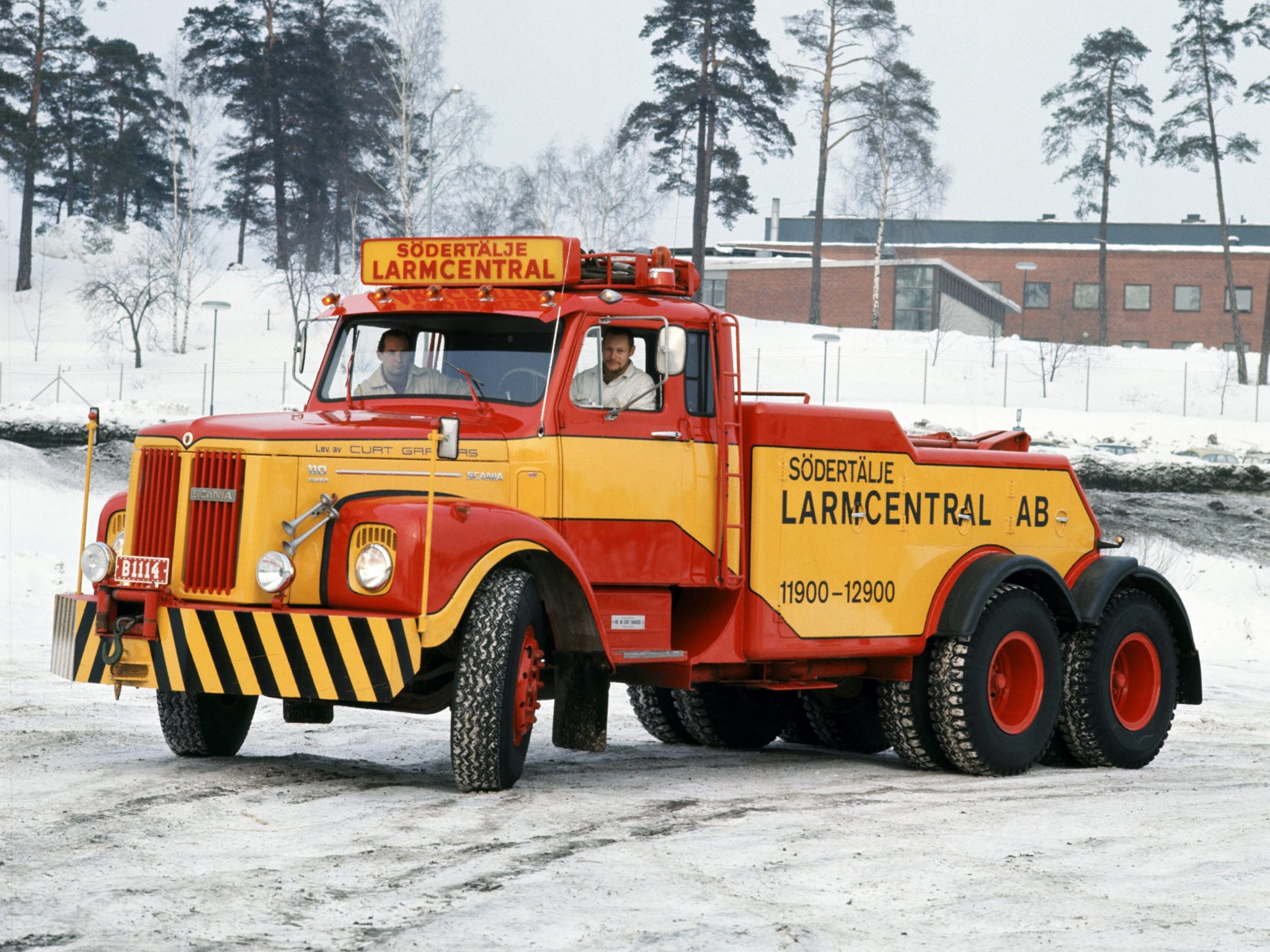LT110 Recovery Vehicle towtruck emergency semi tractor h wallpaper 2048x1536