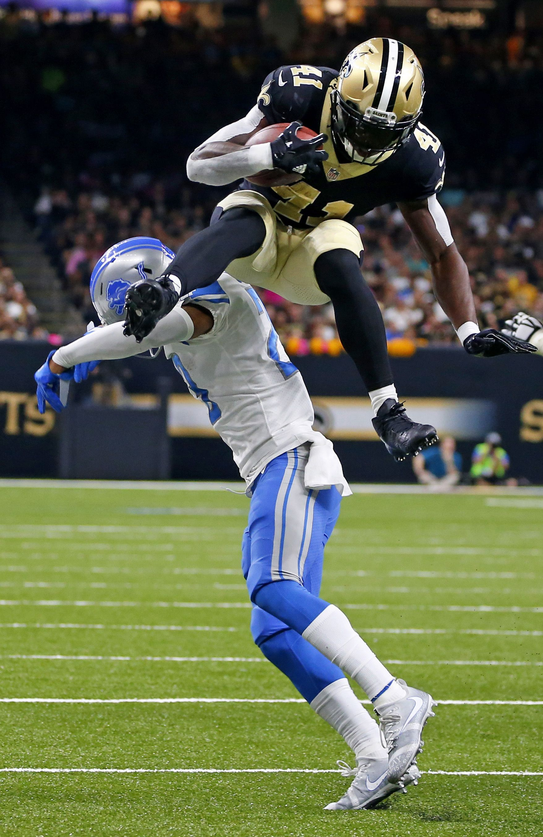 Alvin Kamara going UP for his Saints in Week 6 leaping over 1756x2705
