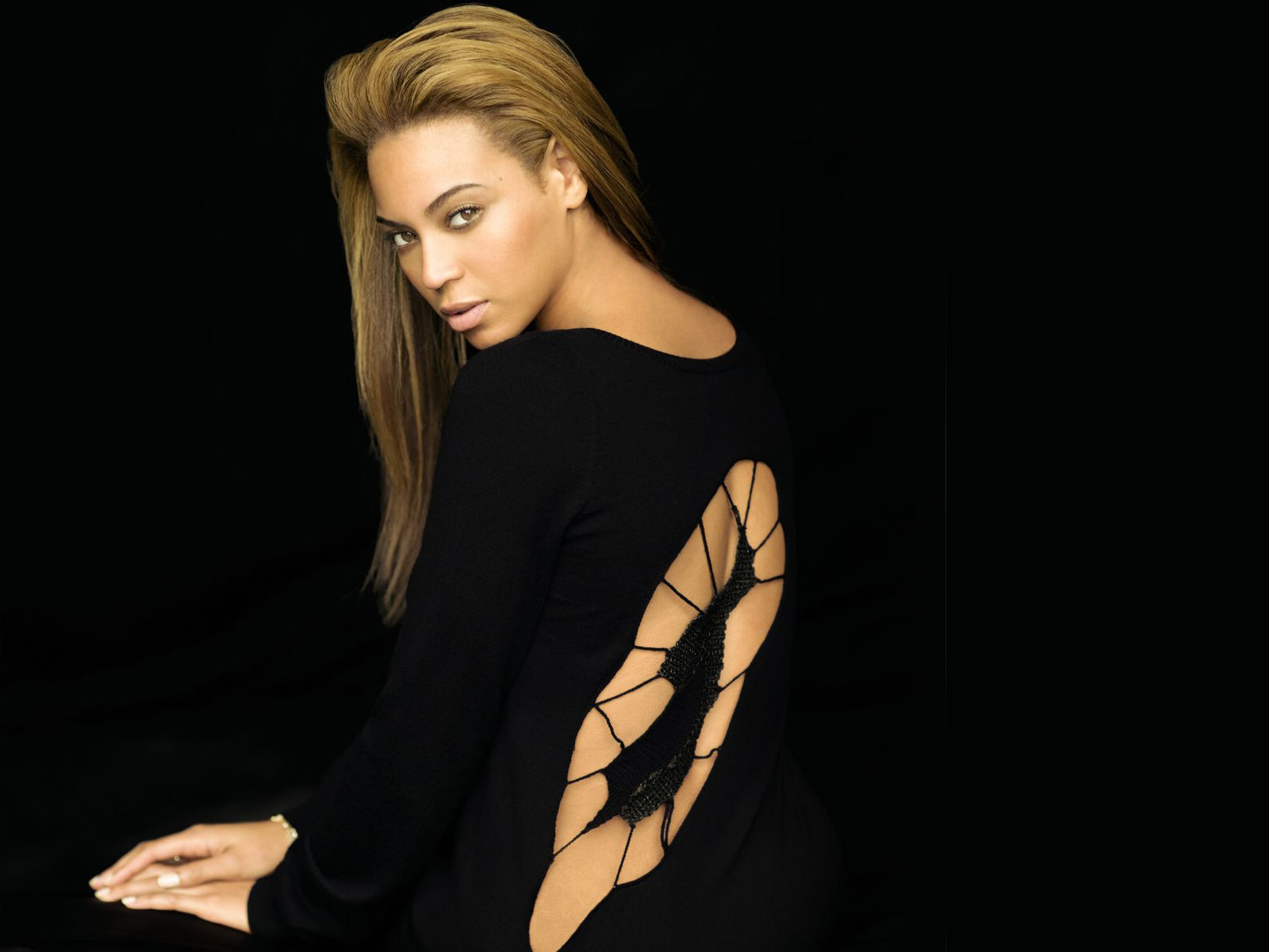 Beyonce Knowles In Black Dress 1600x1200 STANDARD Image 1600x1200