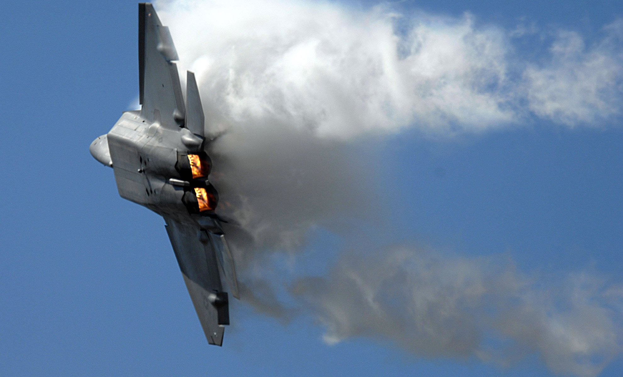 F22 Raptor Right Turn With Vapor   Transport Wallpaper Image featuring 1980x1200