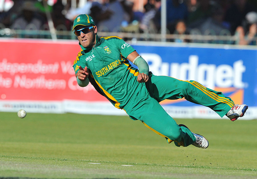 Airborne Faf du Plessis dives in the field Photo South Africa 900x628