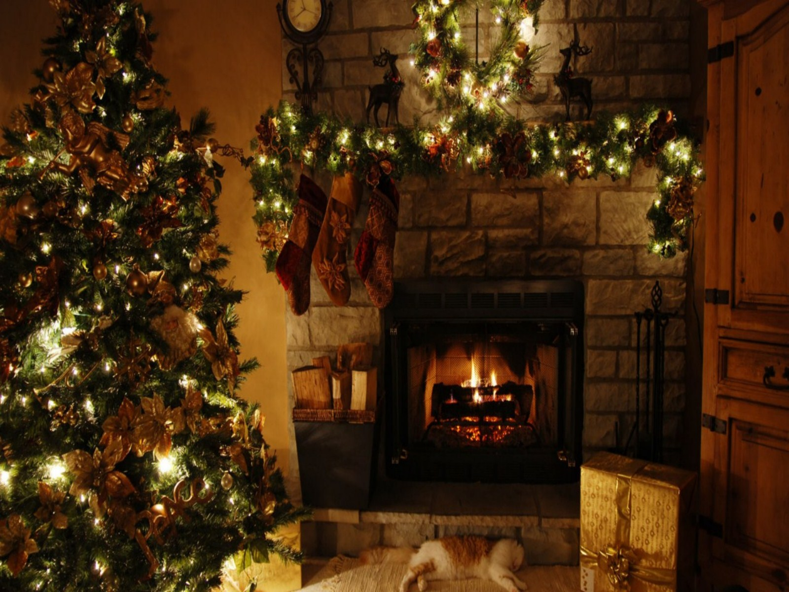 Christmas Fireplace Background Wallpaper   1600x1200   379363 1600x1200