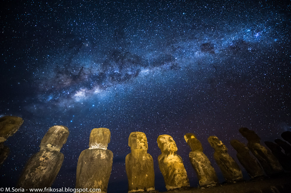Milky Way above Easter Island Wallpaper for HTC Desire HD 1000x665