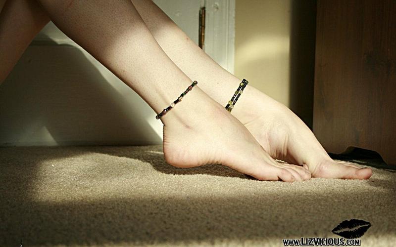 feet liz vicious barefoot carpet ankle bracelets 1920x1200 wallpaper 800x500