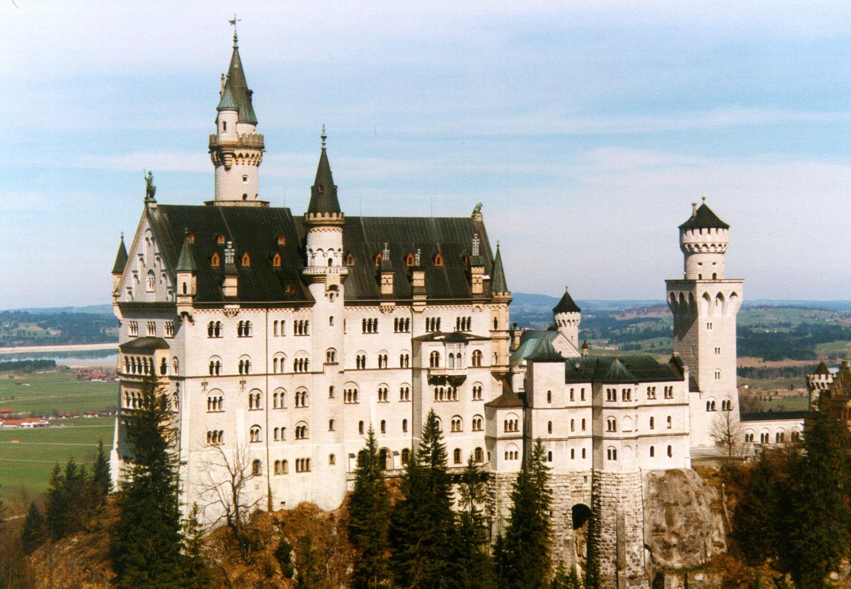 Hohenschwangau Castle near the Neuschwanstein Castle 1661x1151