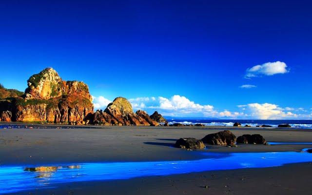Rocky beach under Deep blue sky tranquil beach Wallpaper Beautiful 640x400