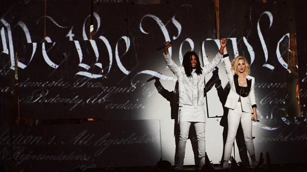 Grammys 2017 Katy Perry made a subtle nod to Senator Elizabeth 1024x575