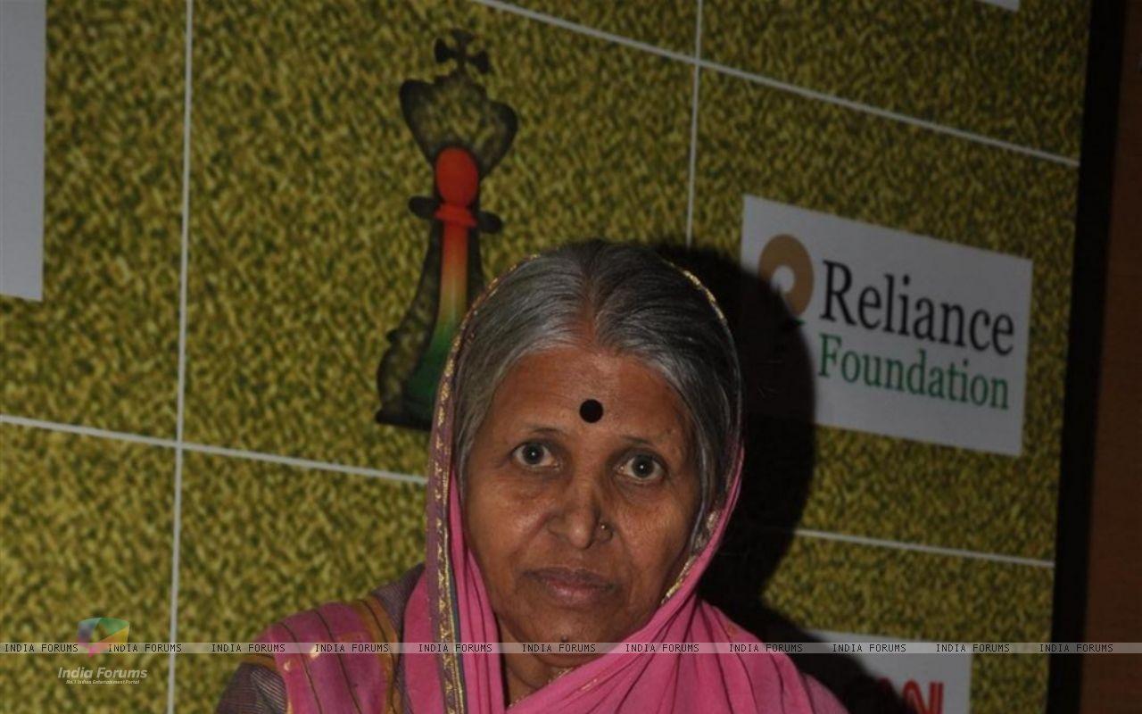 Social worker Sindhutai Sakpal at CNN IBN Heroes Awards   Wallpaper 1280x800