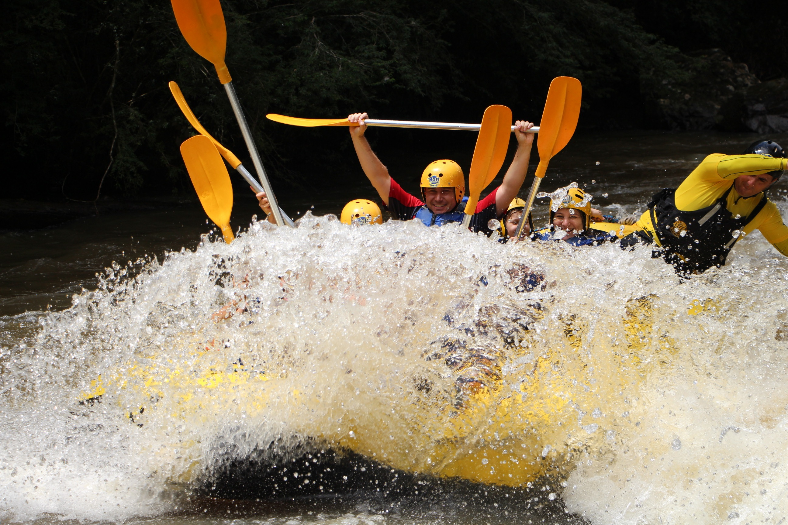 Fun white water rafting in an inflatable raft HD Wallpaper 2592x1728