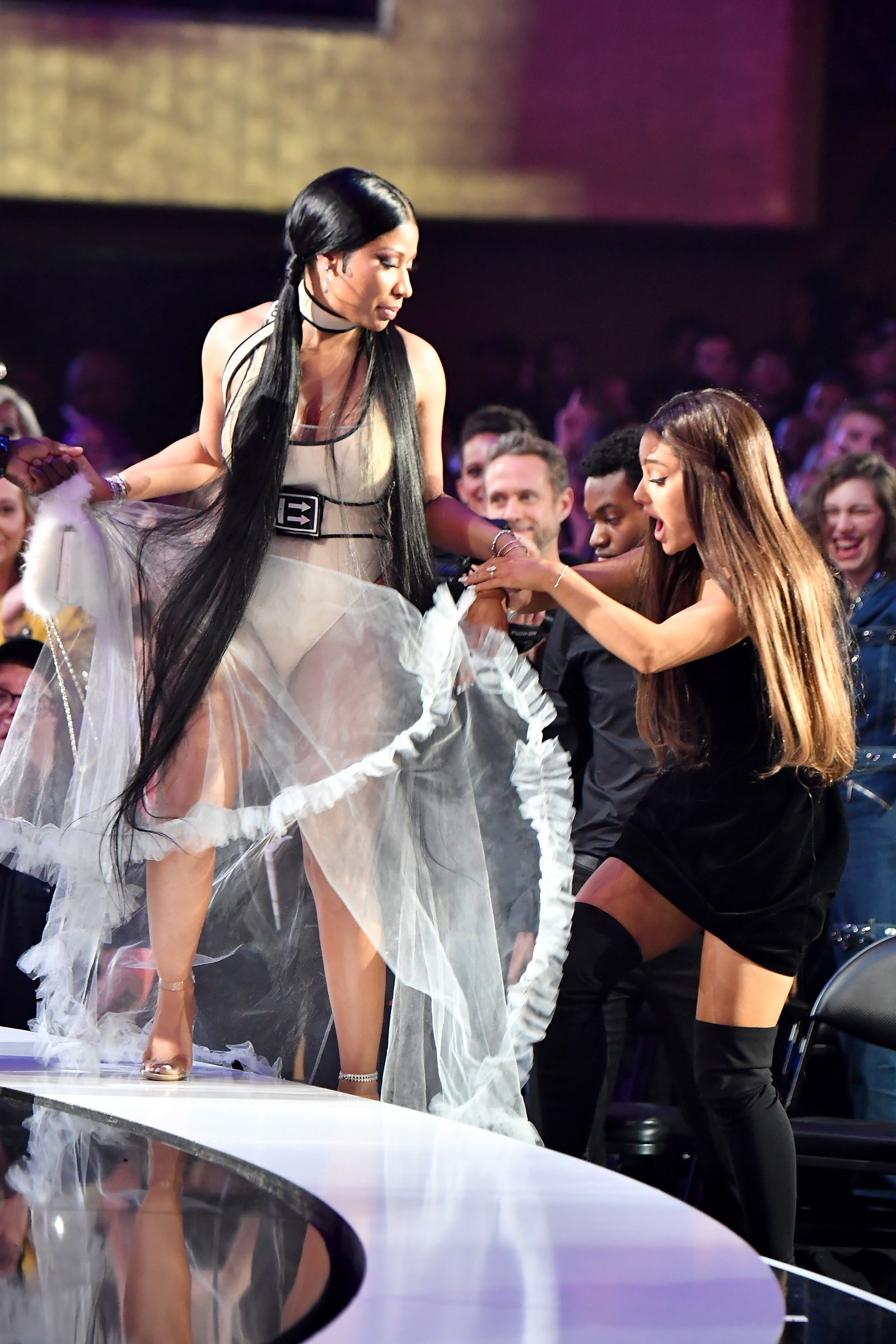 VMAs 2018 Ariana Grande Adjusted Nicki Minajs Dress on Her Way 1600x2400