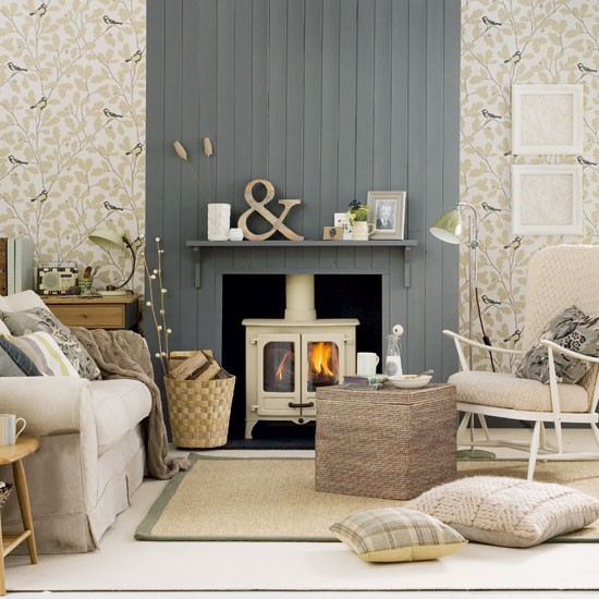 wallpaper takes this classic country style living room in a more 550x550
