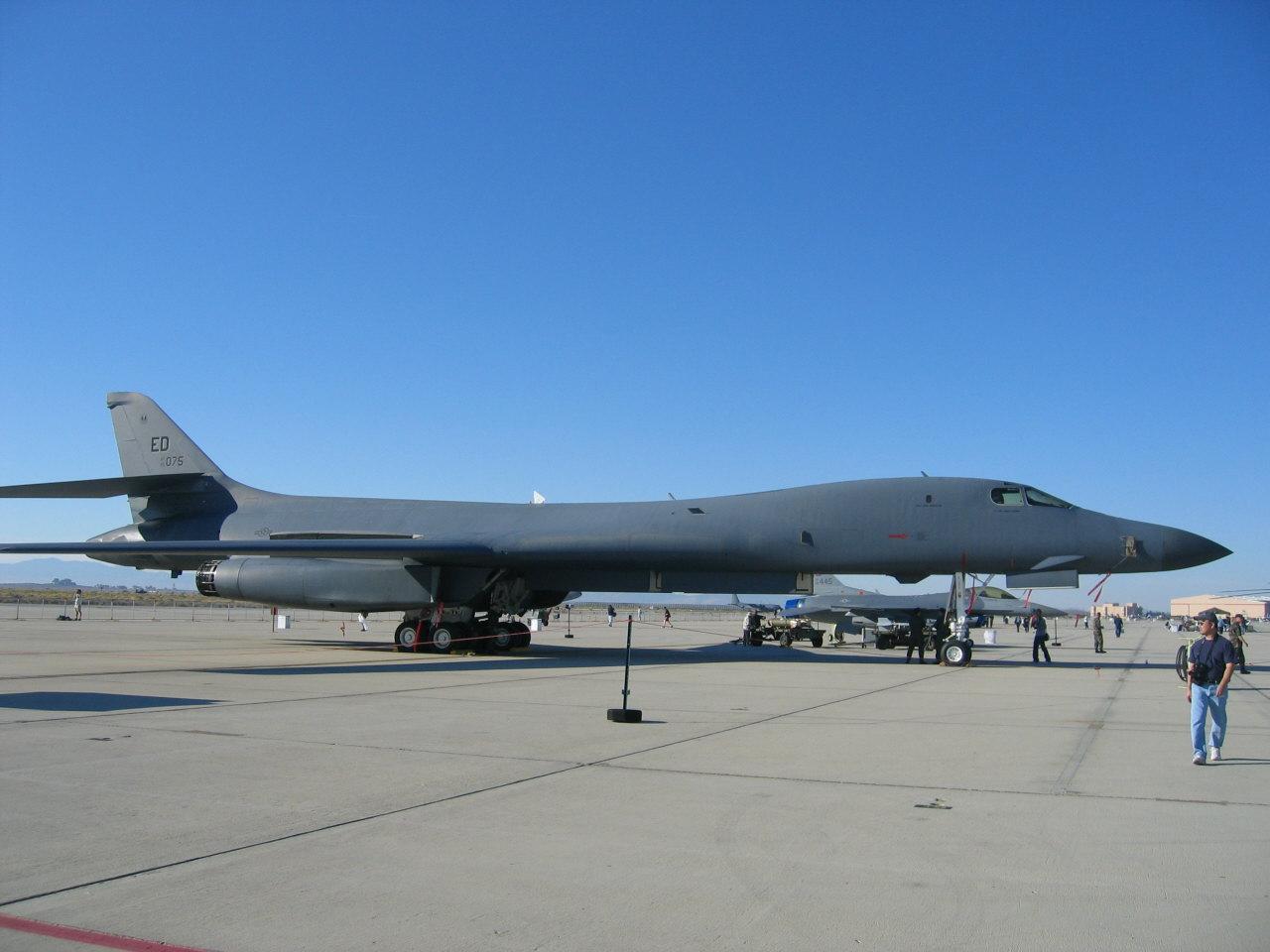 tapety b1 bomber l jpg 1024x768 1280x960