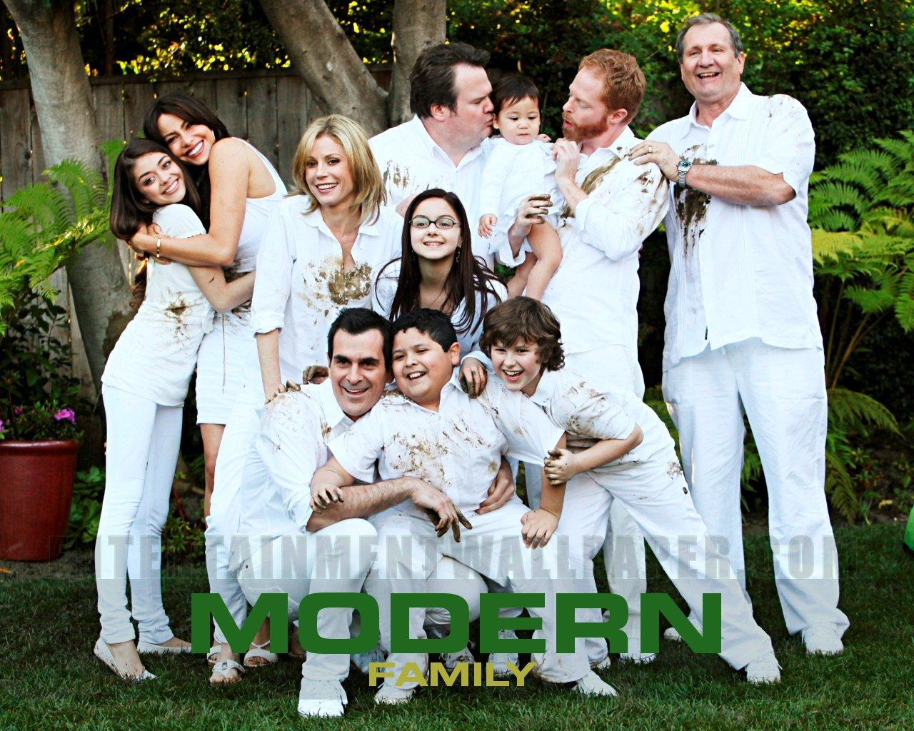 modern family wallpaper 20024273 size 1280x1024 more modern family 1280x1024